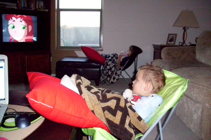 2009-08-26-kids-watching-tv-in-their-butterfly-chairs.JPG